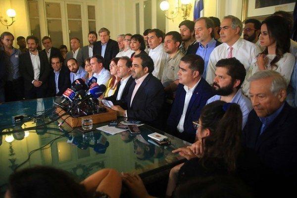 Oficialismo y oposición acuerdan plebiscito para definir mecanismo de nueva Constitución